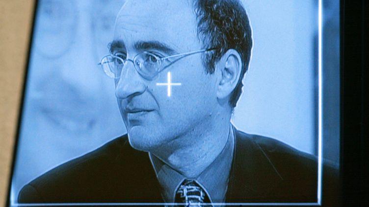 """Le juge Eric Halphen lors de l'enregistrement de l'émission de France 3, """"Pièces à conviction"""", en 2002. (JOEL SAGET / AFP)"""