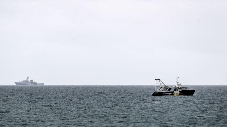 Un navire de la marine britannique surveille les eaux de Jersey, le 6 mai 2021. (SAMEER AL-DOUMY / AFP)