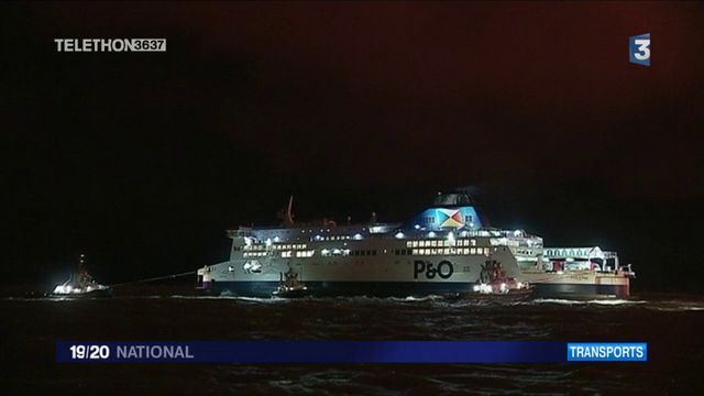 Calais : un ferry échoué dans le port