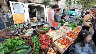 Un étalage de fruits et légumes sur le marché de Revel (Haute-Garonne).  (REMY GABALDA / AFP)