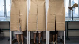 Des électeurs au second tour de la présidentielle, dans le bureau de Hong Kong, le 7 mai 2017. (DALE DE LA REY / AFP)