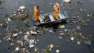 Des ordures flottent dans la baie de Guanabara, à Rio de Janeiro (Brésil), à quelques jours des Jeux olympiques, le 20 juillet 2016. (YASUYOSHI CHIBA / AFP)