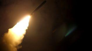 Une image diffusée par le département de la Défense américain, montrant l'envoi d'un missile le 14 avril 2018, visant à frapper un site de production ou de stockage d'armes chimiques en Syrie. (KALLYSTA CASTILLO / US DEPARTMENT OF DEFENSE / AFP)