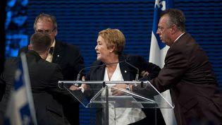 La nouvelle Première ministre du Québec, Pauline Marois, est évacuée par la police au moment d'une fusillade survenue à l'occasion de son discours de victoire, à Montréal (Canada), le 4 septembre 2012 au soir. (GRAHAM HUGUES / AP / SIPA )