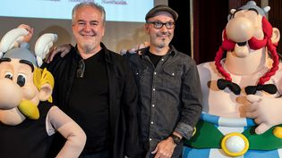 "Didier Conrad et Jean-Yves Ferri entre Astérix et Obélix lors de la sortie de l'album ""La Transitalique"" à Paris le 9 octobre 2017  (Bertrand Guay / AFP)"