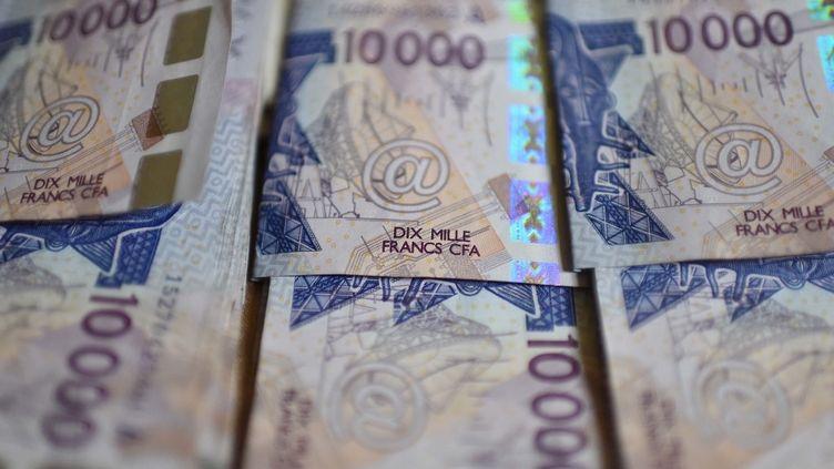Desbillets de 10 000 francs CFA émis par la Banque centrale des Etats de l'Afrique de l'Ouest (BCEAO). (ISSOUF SANOGO / AFP)
