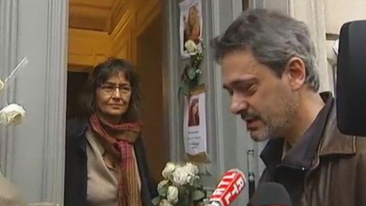Les parents d'Agnès Morin regardent leur domicile - lundi 21 novembre 2011 (FTVi / Elisa Hélain et Daniel Levy / France 2)
