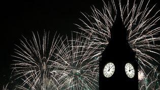 L'horloge Big Ben lors du feu d'artifice du Nouvel An, à Londres, le 1er janvier 2017. (NEIL HALL / REUTERS)