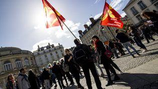 Des drapeau du Mouvement des jeunes communistes, le 1er Mai 2017, à Rennes. (MARTIN BERTRAND / HANS LUCAS / AFP)
