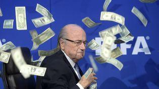 L'ancien président de la Fifa, Sepp Blatter, victime d'un artiste britannique, le 20 juillet 2015 à Zurich (Suisse). (ENNIO LEANZA / AP / SIPA)