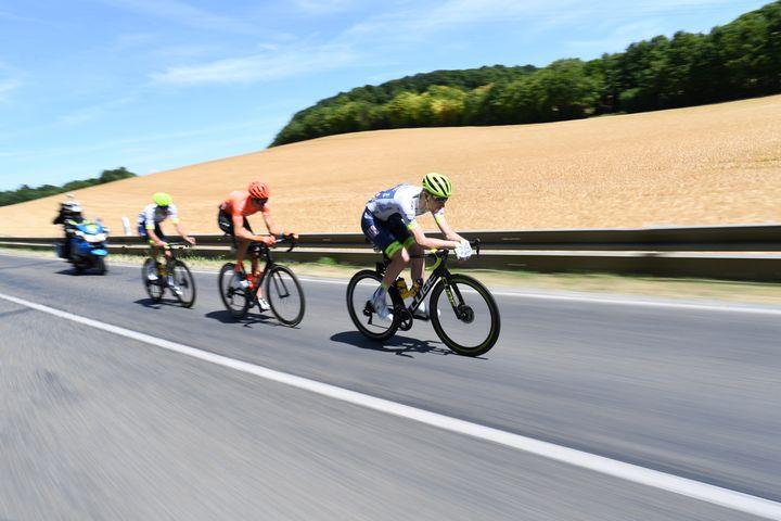 Yoann Offredo en compagnie de son équipier Frederik Backaert et de Michael Schär (CCC) lors du Tour de France 2019. (ANNE-CHRISTINE POUJOULAT / AFP)