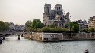 Une vue deNotre-Dame de Paris depuis la Seine, le 18 avril 2019, trois jours après l'incendie qui a ravagé le monument. (EDOUARD RICHARD / HANS LUCAS / AFP)