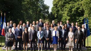 Capture d'écran de la photo officielle du nouveau gouvernement français prise dans les jardins de l'Elysée, le 22 juin 2017. (ELYSEE / FRANCEINFO)