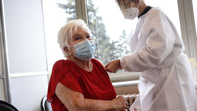 La chanteuse et comédienne Line Renaud se fait vacciner contre le coronavirus le 18 janvier dans sa ville de Rueil-Malmaison (Yvelines). (CHRISTOPHE ARCHAMBAULT / AFP)
