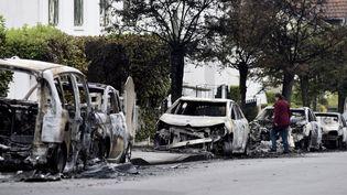 Des carcasses de voitures au lendemain d'une nuit de violences dans le quartier Bellevueà Nantes (Loire-Atlantique), le 6 juillet 2018. (SEBASTIEN SALOM GOMIS / AFP)