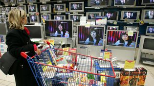 Une cliente regarde les téléviseurs dans une grands surface. (MAXPPP)