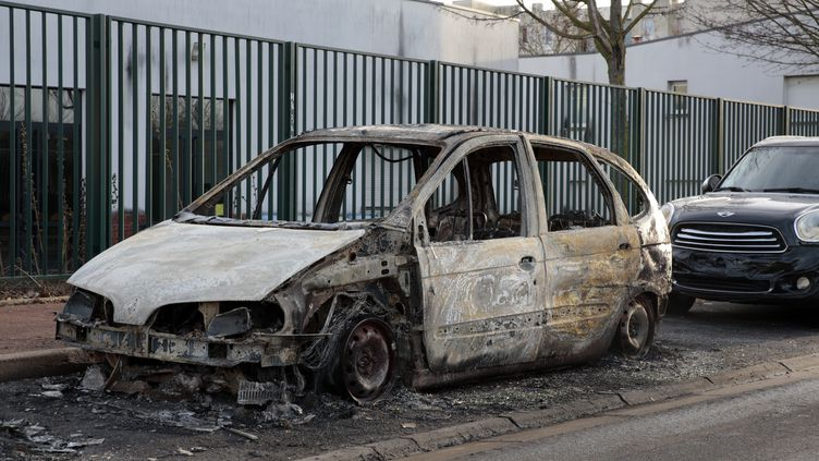 Des voitures ont été incendiées à la cité de l'Europe dans la nuit du 5 au 6 février, à Aulnay-sous-Bois. (GEOFFROY VAN DER HASSELT / AFP)