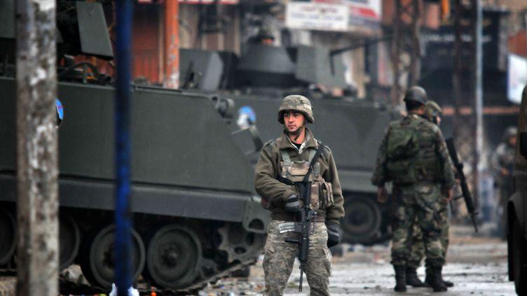 Des soldats de l'amrée libanaise patrouillent dans les rues de Tripoli (Liban), le 4 décembre 2013. (IBRAHIM CHALHOUB / AFP)