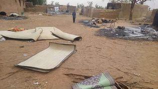 Un jeune garçon marche dans le village de Tchoma Bangou au Niger, le 4 janvier 2021, au lendemain d'une attaqueterroriste qui a fait 70 morts. (STR / EPA)