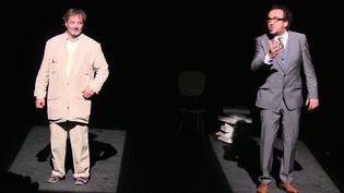 Le pilote (Christophe Alévêque) et le philosophe (Régis Vlakos), rencontre autour des tourments de l'âme humaine  (Chrystel Chabert)
