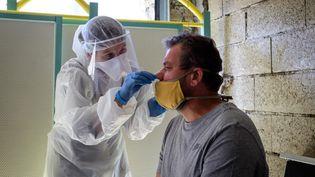 Une infirmière effectue un test de dépistage du Covid-19 à Sedan (Ardennes), dans la région Grand Est, le 18 mai 2020. (VIKTOR POISSON / HANS LUCAS / AFP)