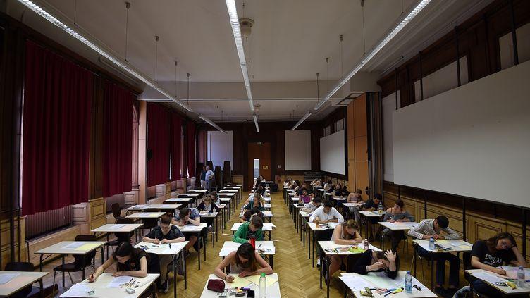 Des lycéens passent l'épreuve de philosophie au baccalauréat, le 15 juin 2017, au lycée Fustel-de-Coulanges à Strasbourg (Bas-Rhin). (FREDERICK FLORIN / AFP)