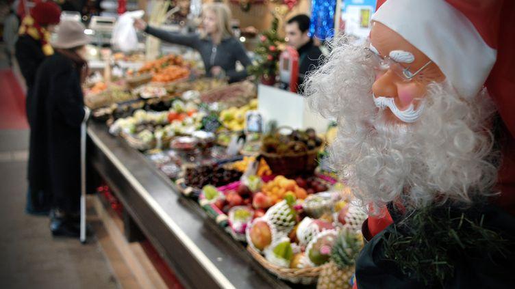 Un étal de fruits et légumes au moment de Noël, à Lyon (Rhône). (JEAN-PHILIPPE KSIAZEK / AFP)