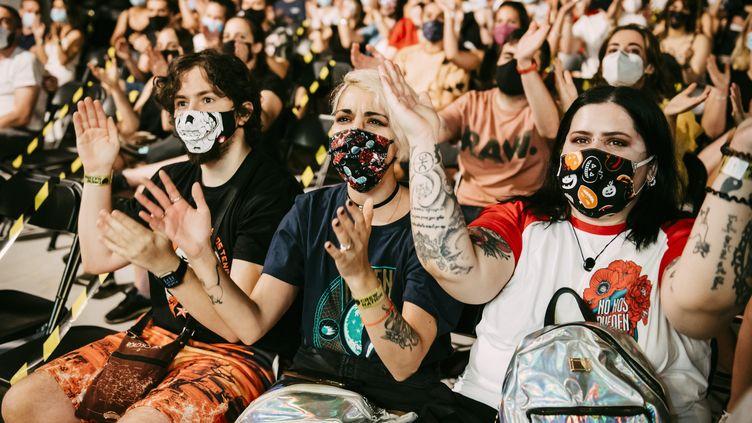 Le masque en festival, ça va être difficile d'y échapper en 2020. Comme sur cette photo prise le25 juillet 2020 à Madrid (Espagne), lors d'un concert du rappeur Rayden. (MARIANO REGIDOR / REDFERNS / GETTY IMAGES)