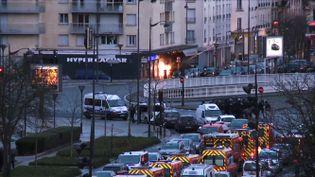 Des membres du Raid mènent l'assaut porte de Vincennes à Paris, le 9 janvier 2015. (GABRIELLE CHATELAIN / AFPTV)