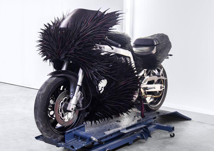 M.Marceau X Palais de Tokyo, une moto hérissée de plumes  (M.Marceau & ADAGP)