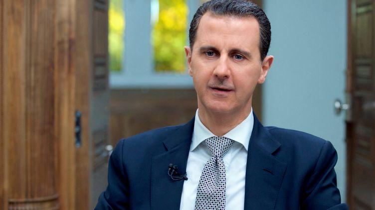 Le président syrien, Bachar Al-Assad, répond aux questions de journalistes, le 12 avril 2017, à Damas (Syrie). (SYRIAN PRESIDENCY PRESS OFFICE / AFP)