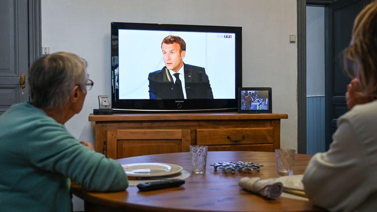 Emmanuel Macron à la télévision lors de son interview du14-Juillet réalisée depuis l'Elysée. Le 14 juillet 2020. (DENIS CHARLET / AFP)