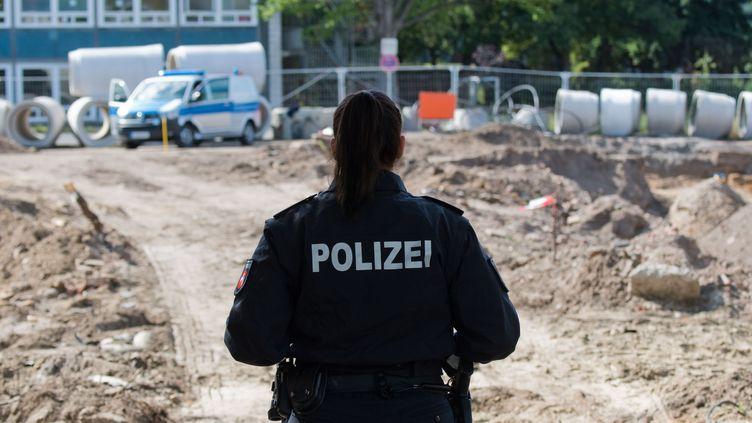 Une policière sécurise l'accès à un chantier de construction dans le district du zoo de Hanovre, dans le nord de l'Allemagne, le 2 septembre 2019, après la découverte d'une bombe datant de laDeuxième Guerre mondiale. (JULIAN STRATENSCHULTE / DPA)