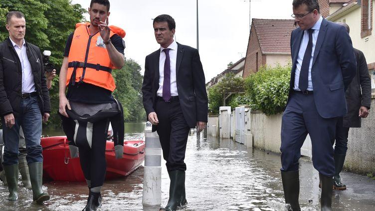 Manuel Valls visite un quartier de Crosne (Essonne) touché par les inondations, le 4 juin 2016. (ALAIN JOCARD / AFP)