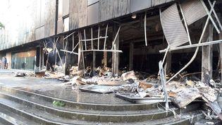 La bibliothèque associative de la maison des Haubans dans le quartier Malakoff à Nantes en cendres, après les violences urbaines de la nuit du 4 juillet 2018. (France Bleu Loire Océan)