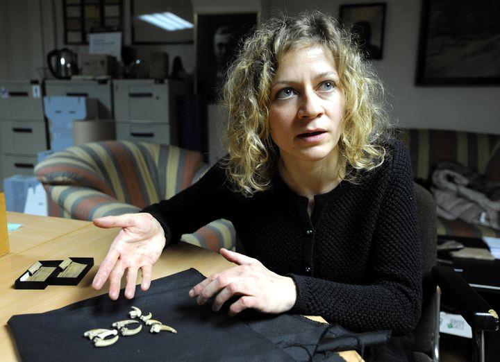 Davorka Radovcic, conservatrice au Musée d'histoire naturelle de Zagreb, avec les fossiles néandertaliens, les bijoux de Krapina.  (STR / AFP)