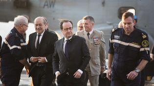 """Le président François Hollande arrive sur le porte-avions """"Charles-de-Gaulle"""", vendredi 4 décembre 2015. (PHILIPPE DE POULPIQUET / POOL / AFP)"""
