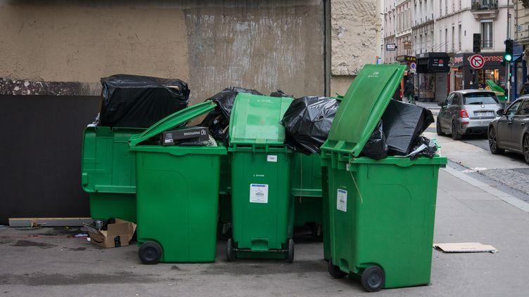 Depuis plusieurs jours, le ramassage des poubelles n'est pas effectué dans plusieurs arrondissements de Paris, en raison de l'arrêt des incinérateurs et d'une grève des éboueurs, le 3 fevrier 2020. (RICCARDO MILANI / HANS LUCAS / AFP)