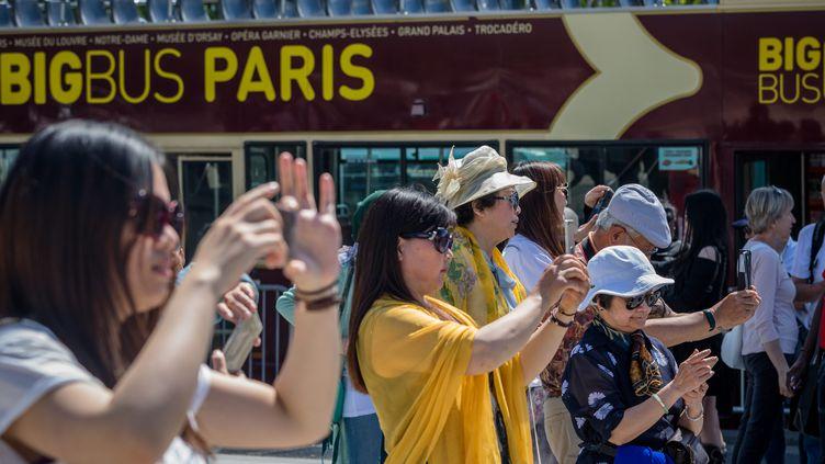 Des touristes chinois à Paris, en mai 2017. (AURELIEN MORISSARD / MAXPPP)