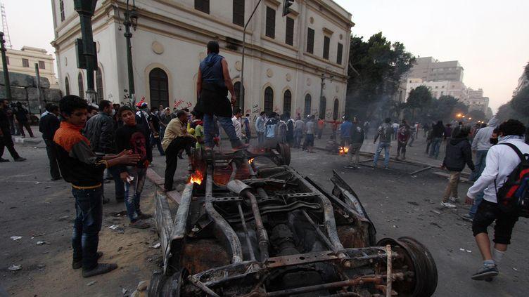 Chaos dans les rues du Caire (Egypte), le 23 novembre 2012. (AHMED MAHMOUD / AFP)