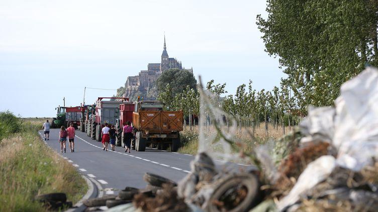 Des éleveurs bloquent les voies d'accès au Mont-Saint-Michel, le 20 juillet 2015. (CHARLY TRIBALLEAU / AFP)