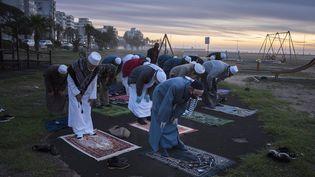 Des musulmans en prière au Cap, le 23 avril 2020, peu avant l'annonce du début du ramadan en Afrique du Sud. (RODGER BOSCH / AFP)