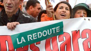 Des employés de La Redoute manifestent pour protester contre la suppression possible de 700 emplois, le 7 novembre 2013 à Lille (Nord). (DENIS CHARLET / AFP)