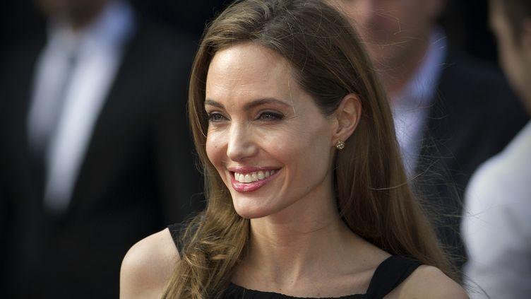 """L'actrice américaine Angelina Jolie arrive à la première du film de son compagnon """"World War Z"""", le 2 juin 2013, deux semaines après avoir annoncé sa double mastectomie, décidée après une analyse génétique. (CARL COURT / AFP)"""