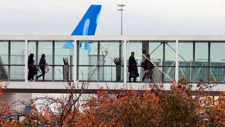 """(Les Européens ont décidé de renforcer """"immédiatement"""" les contrôles aux frontières extérieures de l'UE, y compris pour les ressortissants européens et d'adopter un fichier européen de données sur les voyageurs aériens avant la fin de l'année © Maxppp)"""