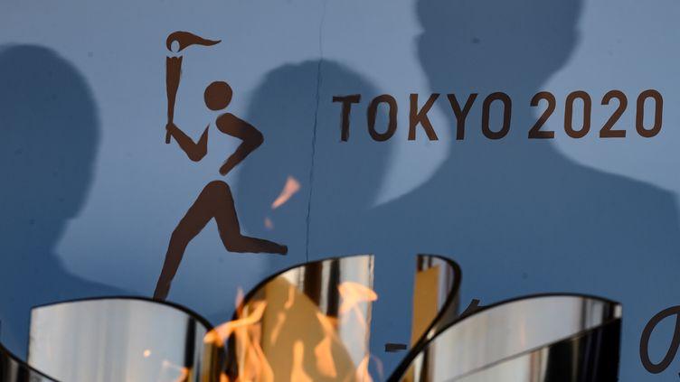 La flamme des Jeux (ici le 25 mars 2020 à Fukushima) ne s'installera peut-être pas dans le nouveau stade olympique de Tokyo. (PHILIP FONG / AFP)