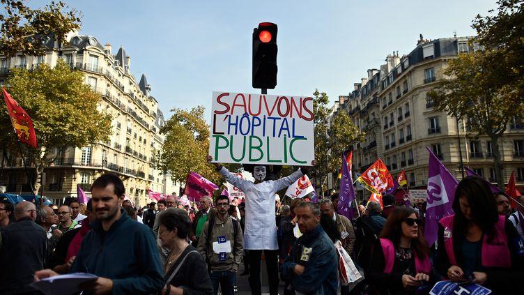 Les personnels hospitaliersprotestent sous les fenêtres du ministère de la Santé à Paris,le 23 septembre 2014 (LIONEL BONAVENTURE / AFP)