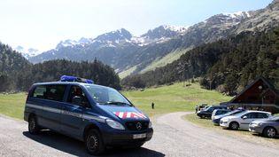 Des véhicules de gendarmerie le 20 mai 2016 aux Cauterets (Hautes-Pyérénées). (LAURENT DARD / AFP)