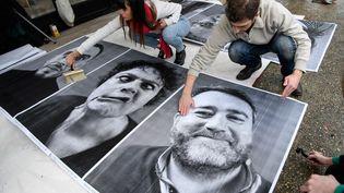 """L'artiste JR a collé à l'extérieur du CESE à Paris des portraits des participants de la Convention citoyenne pour le climatpour son projet """"Inside Out"""", le 5 mars 2020. (BERTRAND GUAY / AFP)"""