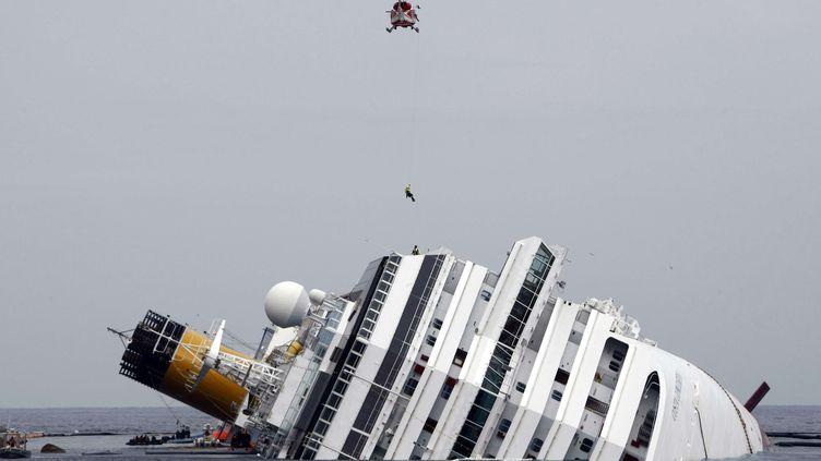 """L'épave du """"Costa Concordia"""", le 31 janvier près de l'île du Giglio. (PIER PAIOLO CITO / AP / SIPA)"""